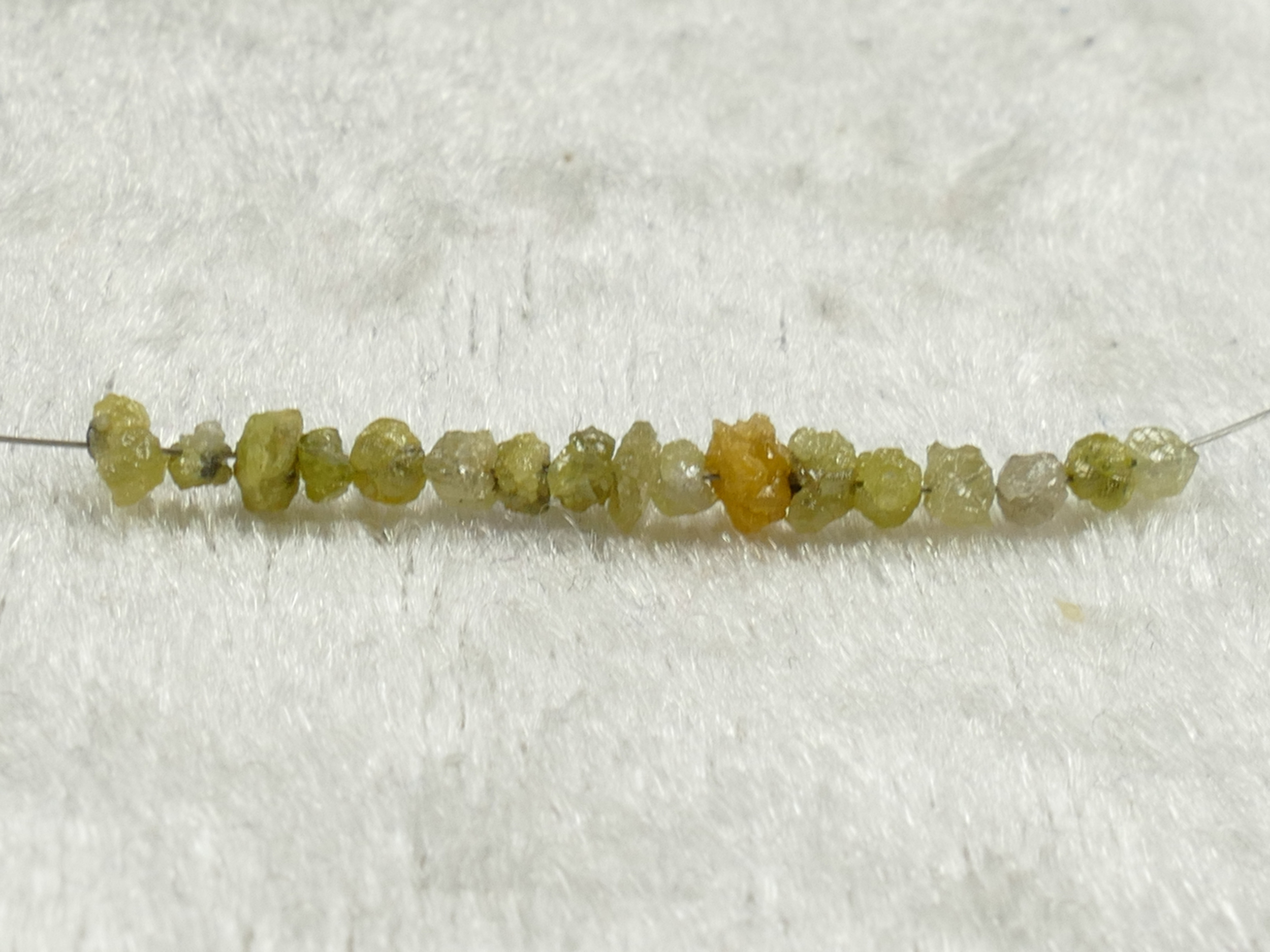 17 Perle de Diamant naturel vert clair jaune brut lot 1 carat pépite percé 27mm de long (#PK234)