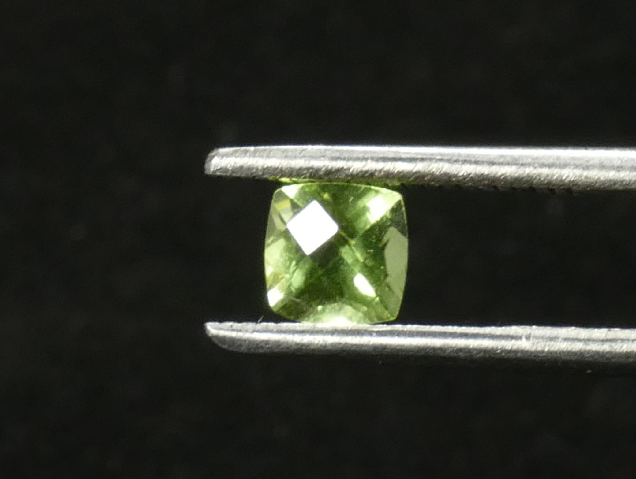 5mm Péridot naturel de Chine facettée coussin carré damier 0.70ct VS-VVS couleur exceptionnelle (#PB670)