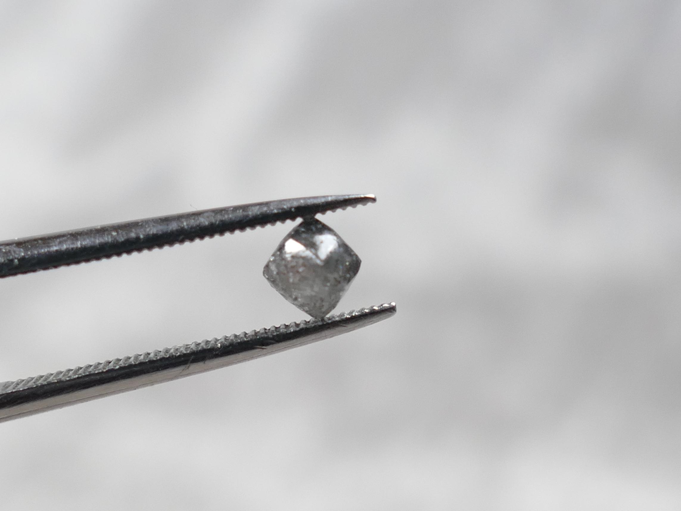 3.8mm 0.38 carat Diamant brut naturel gris poivre et sel pépite forme naturelle octaèdre (#PM583)