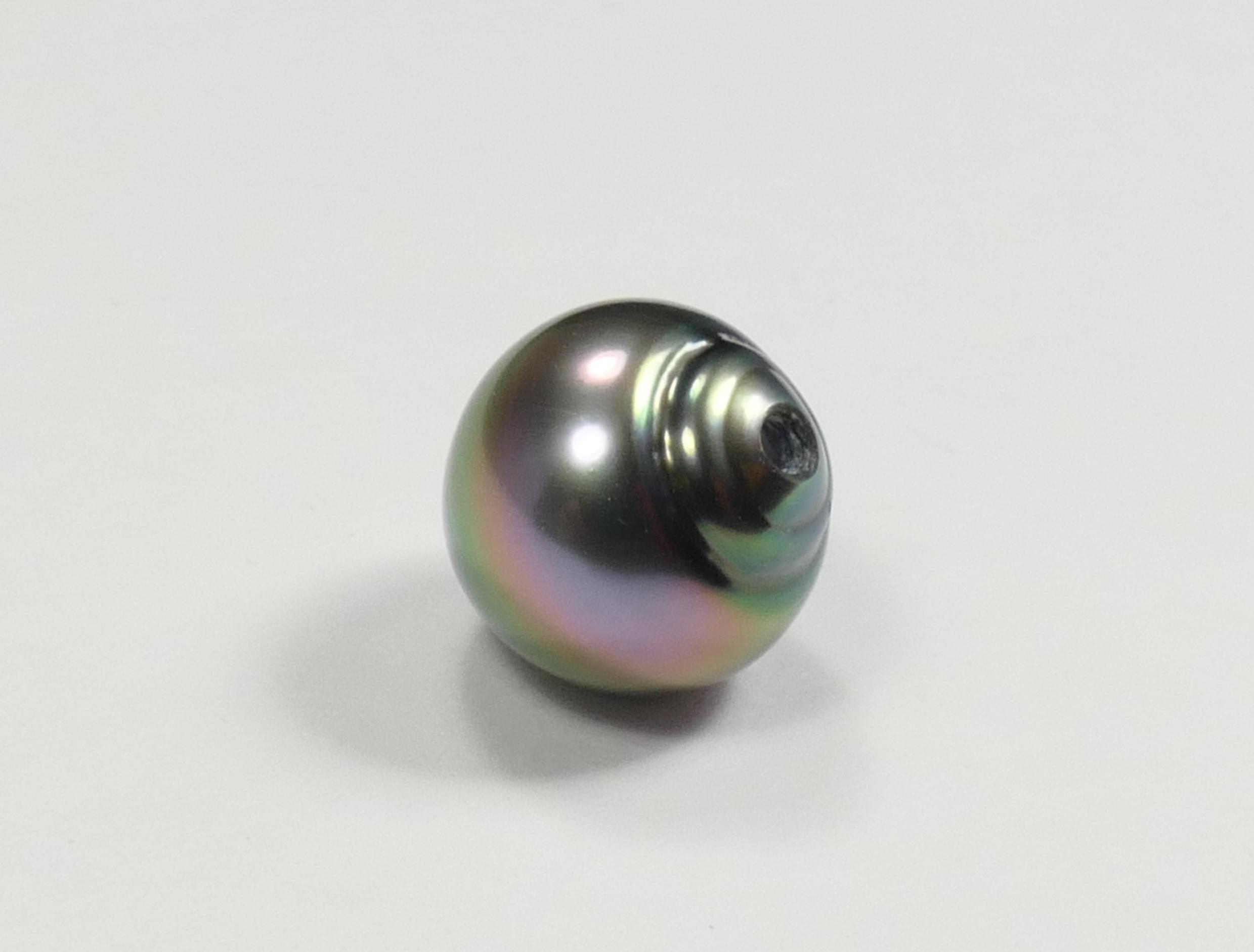 10mm Perle de culture de Tahiti goutte / poire et demi percée, plume de paon, qualité A (#PB245)