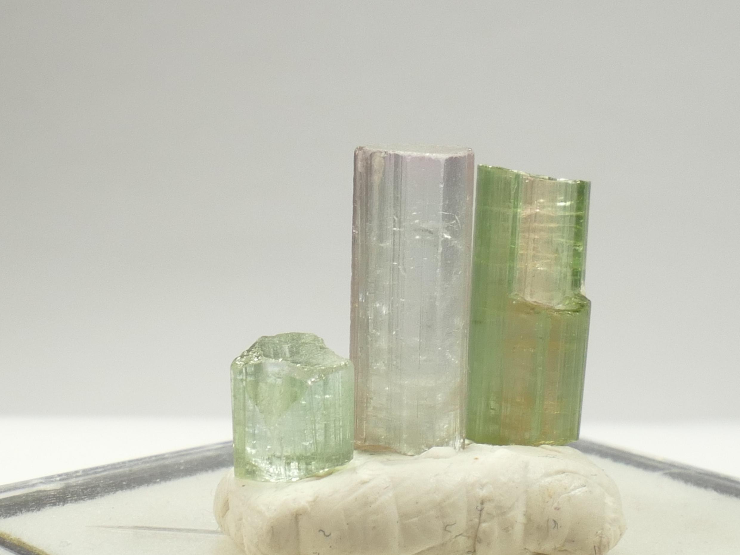 3 Spécimens de Tourmaline brute bicolore, vert rose de forme naturelle, 2 cristaux terminés 2.39g Afghanistan (#PB765)