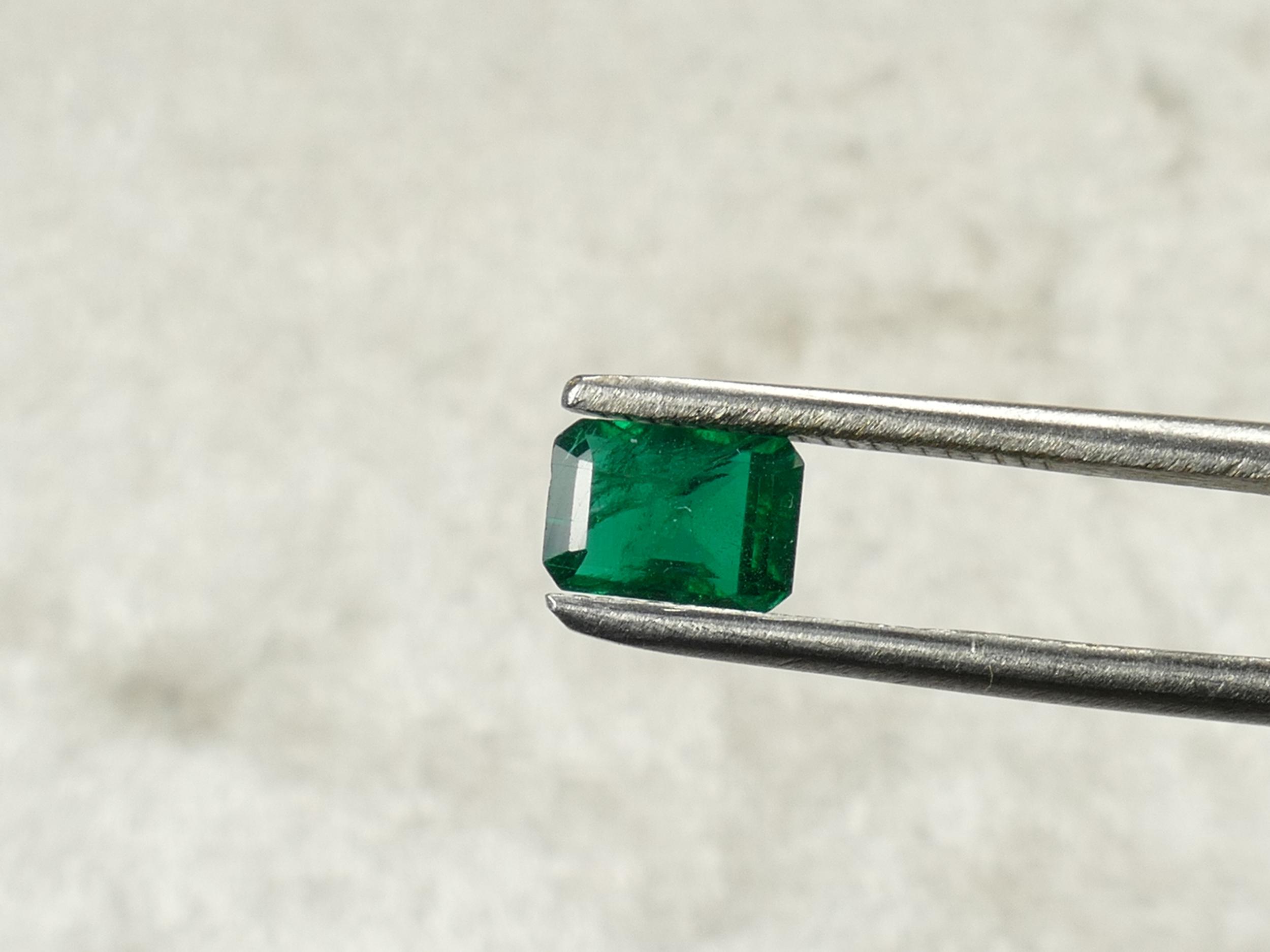 6.4x4.5mm Emeraude naturelle taillée émeraude 0.99ct de Zambie vert très intense certifiée (#PM66)