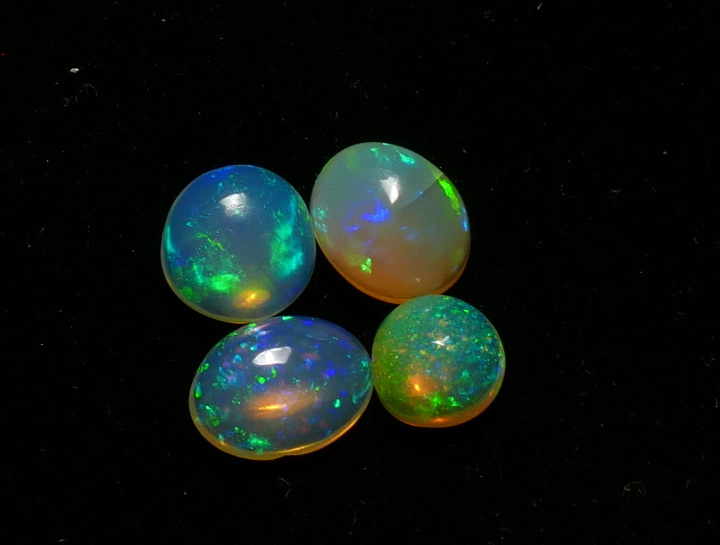 Lot de 4 jolies Opales naturelles d\'Ethiopie en cabochon ovale et rond 3.98ct (#PB176)