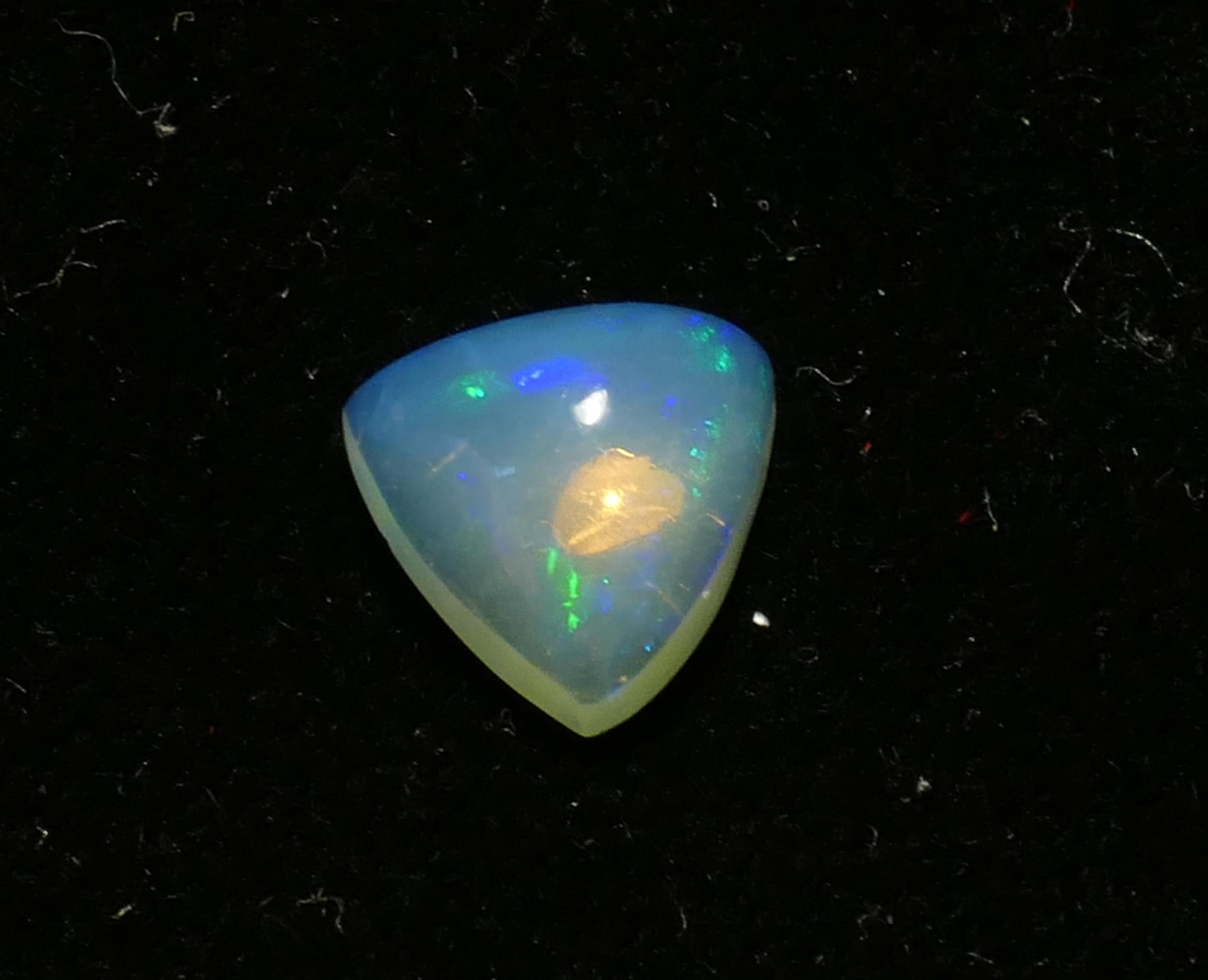 9mm Jolie Opale naturelle d\'Ethiopie cabochon triangle 1.67ct (#PB678)