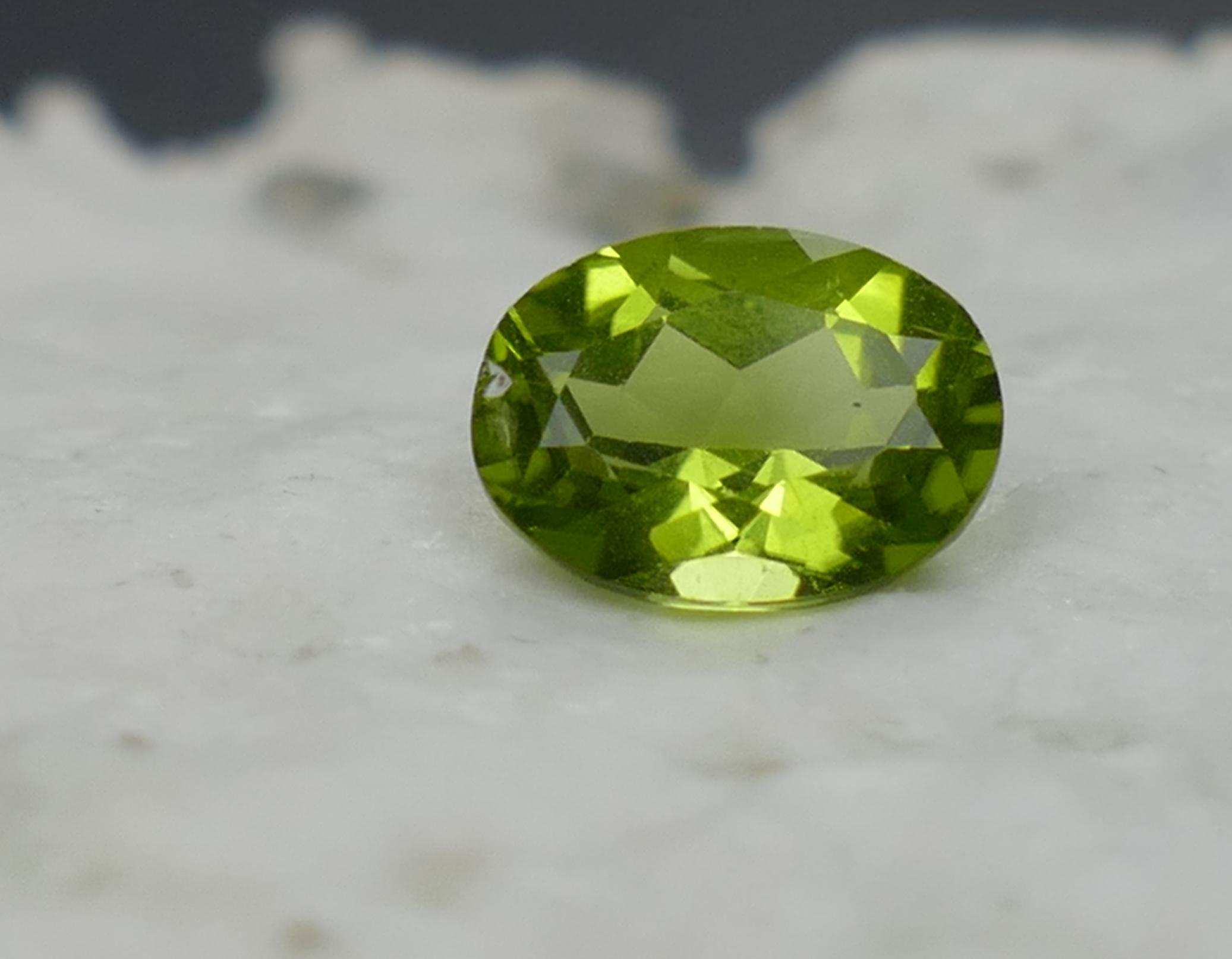 8x6mm Superbe Péridot naturel couleur intense facettée ovale 1.42ct de Chine VS (#PB325)