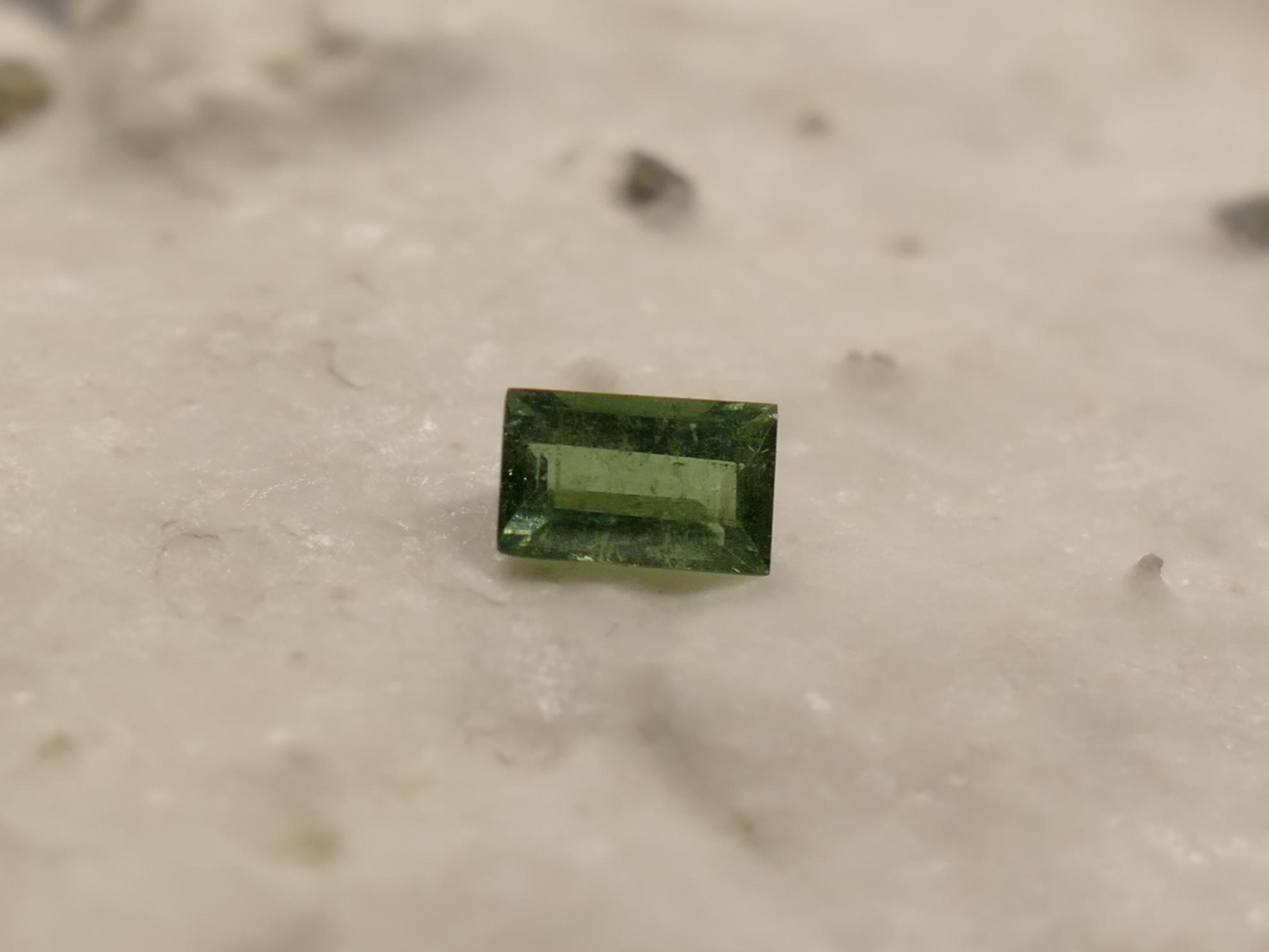 5.5x3.5mm Tourmaline naturelle verte Verdelite 0.44ct facettée en baguette du Brésil (#PB267)