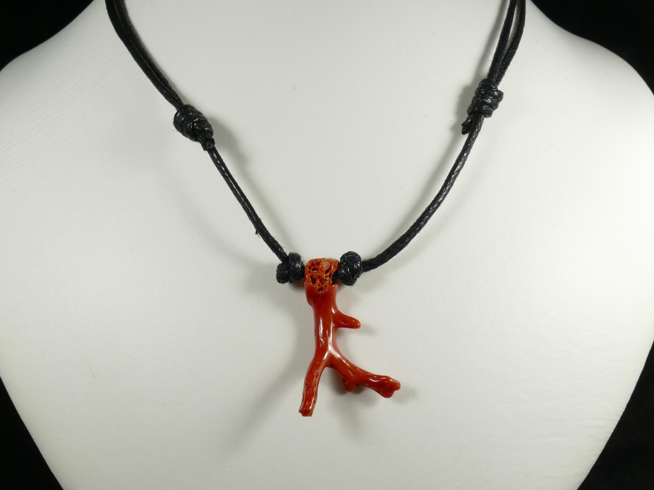 Collier pendentif coton simple réglable avec morceau de Corail rouge naturel roulé de Sardaigne (#PK848)