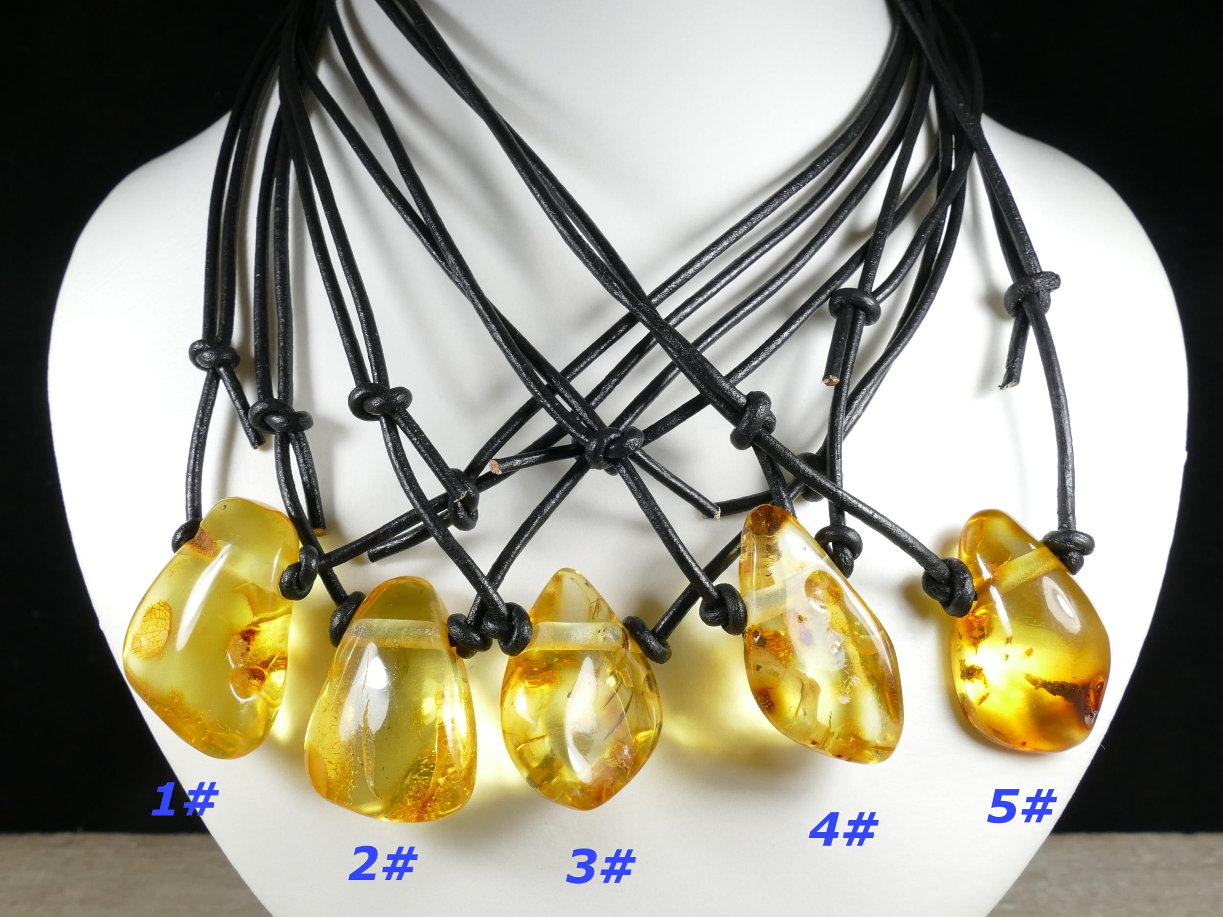 Collier pendentif d\'Ambre naturel roulé de la Mer Baltique miel jaune caramel cuir réglable (#PM238)