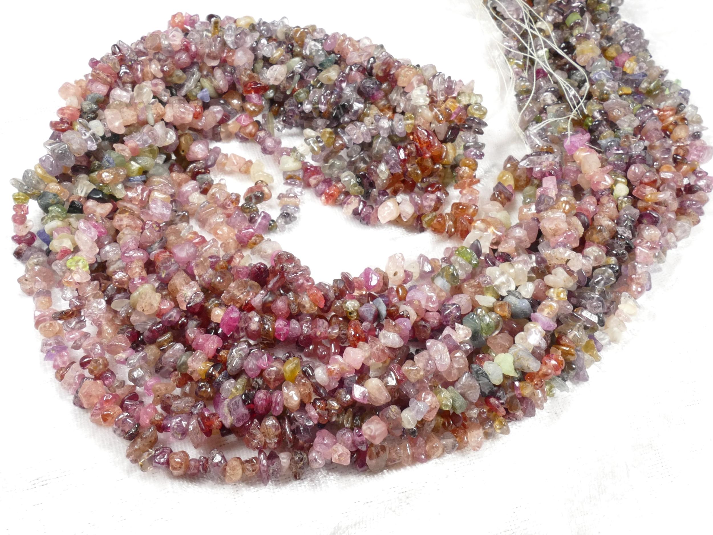 4/8mm x88cm (34.6inch) Perles de Spinelle naturelle chips mix rouge bleu violet brut roulé (#AC868)