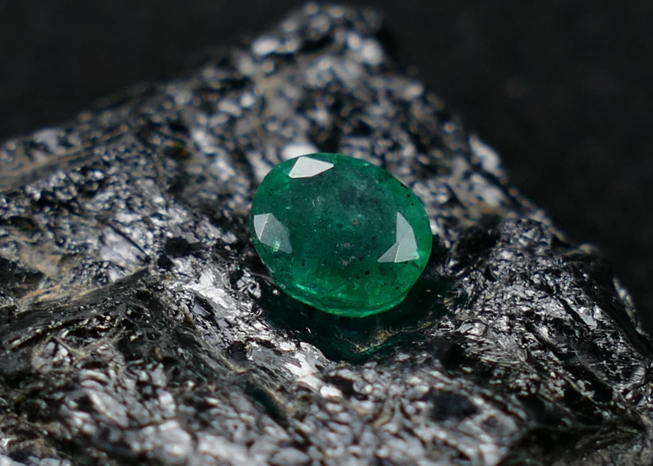 6.5x4.6mm Emeraude naturelle facettée ovale 0.76ct Zambie couleur TOP Béryl vert - Gemmes Aventures