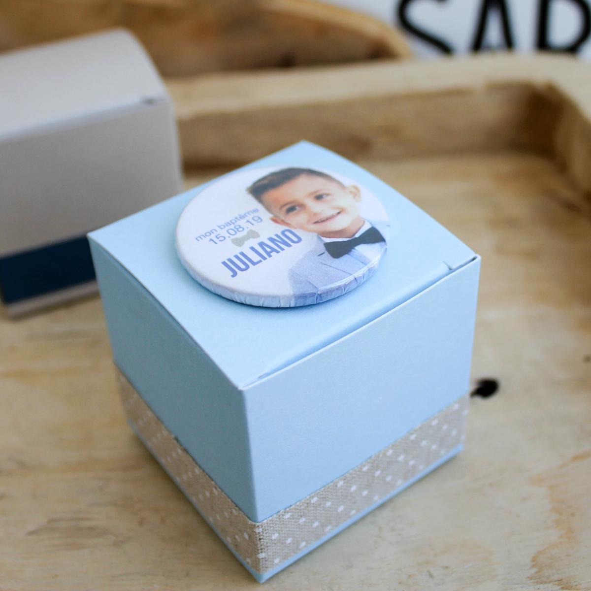 Boîte à dragées bleu ciel avec badge photo pour baptême ou communion