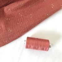 Bobine de fil à coudre coloris marsala/blush assorti à la double gaze 1000m