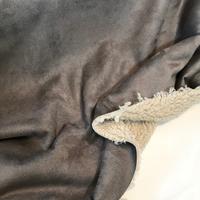 Suédine doublée fausse fourrure coloris grège 20 x 140 cm