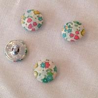Bouton recouvert de tissu Liberty Ella and Libby turquoise 28 mm - vendu à l'unité