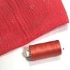 Bobine de fil à coudre coloris corail assorti à la double gaze 1000m