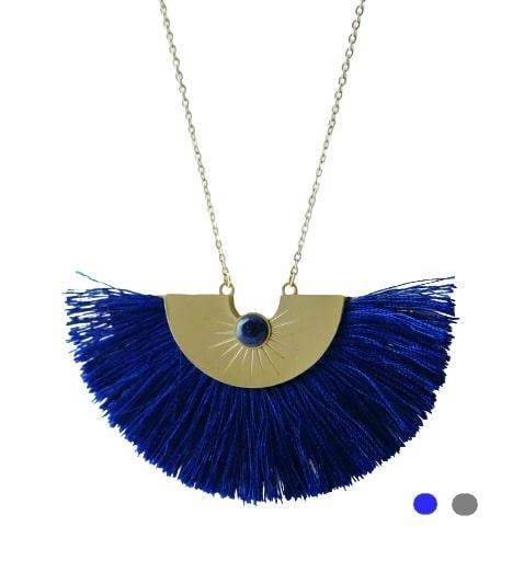 Collier doré pompon bleu et pierre