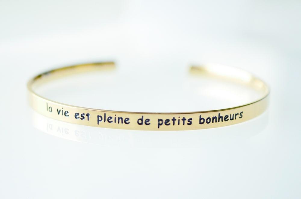 Bracelet jonc message - LA VIE EST PLEINE DE PETITS BONHEURS - Acier Inoxydable Or – Ajustable – Ikita Paris