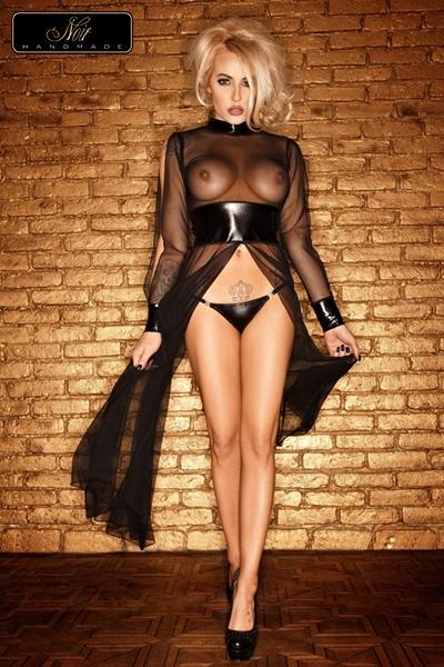 Robe en tulle soulignée de bandes wetlook au cou poignets et à la taille.