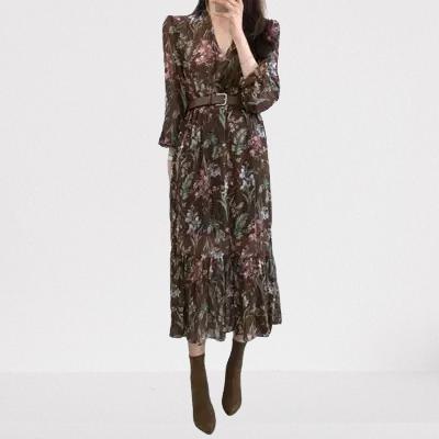 Longue robe fleurie en mousseline de soie avec ceinture