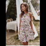 robe-a-fleurs-blanche-décontractée