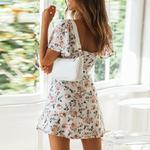 robe-blanche-fleurie-plage