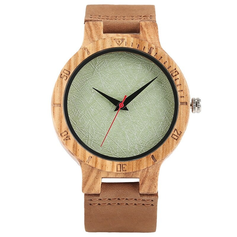 Dans un style décontracté, montre en bois avec un cadran vert façon tapisserie