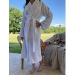 peignoir de bain spa hotel blanc haut de gamme mannequin debout noué gros plan zoom