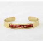 Bracelet jonc ouvert en acier inoxydable avec perles tissées.