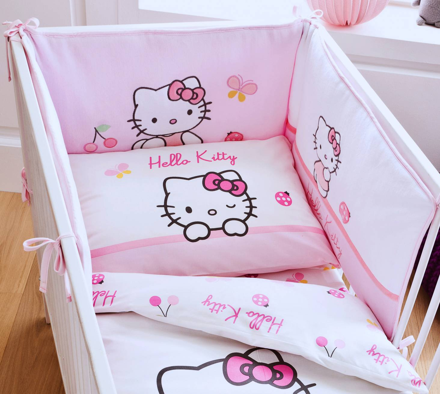 tour de lit hello kitty 40 x 180 cm coccinelle hello kitty b b pu riculture. Black Bedroom Furniture Sets. Home Design Ideas