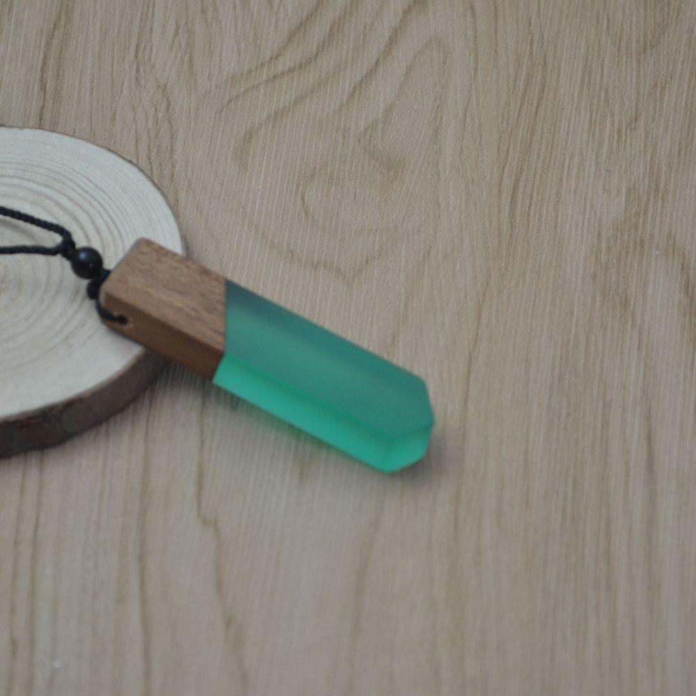 collier design contemporain pendentif bois et résine effet apaisant