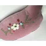 Coussin-chat-rose-broderie-fleurs-Moomie