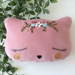 Coussin-chat-rose-avec-broderie-Moomie