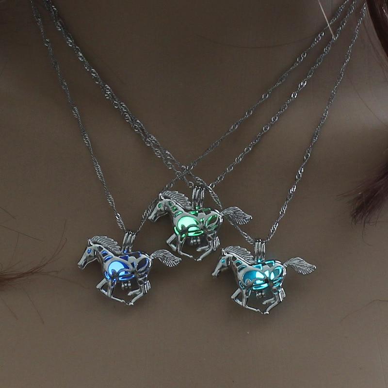Bijoux Lumineux Beau collier cheval qui galope fluorescent qui se voit très bien dans le noir