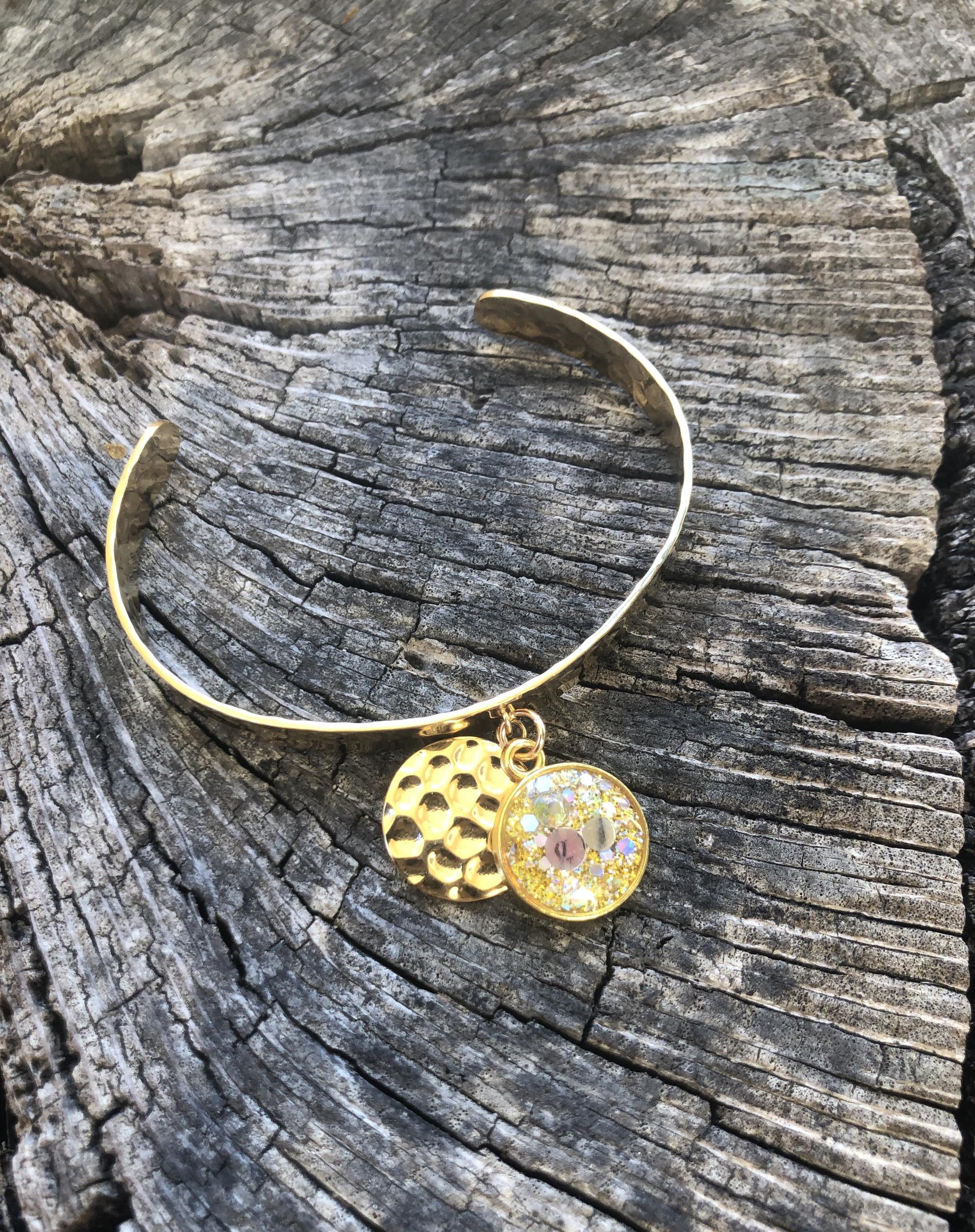 Bracelet martelé doré Blessure de trahison