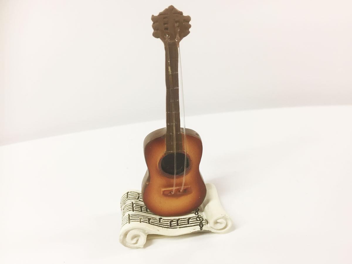 3 Figurines  résine guitare avec partition