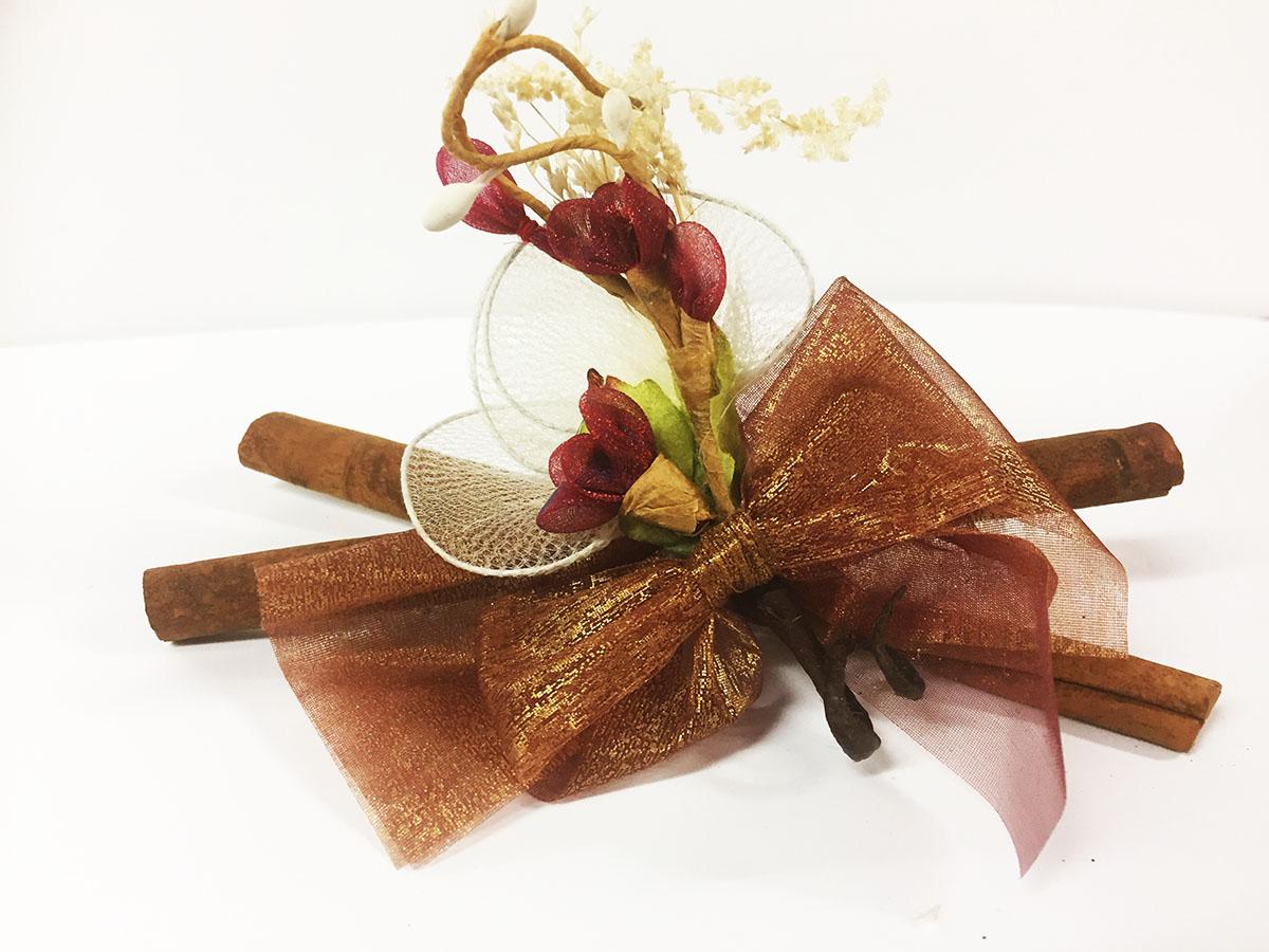 Décor bâtons de cannelle et fleurs séchées pour dragées