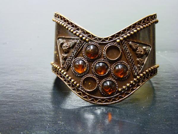 Bracelet antique en métal avec pierre marron