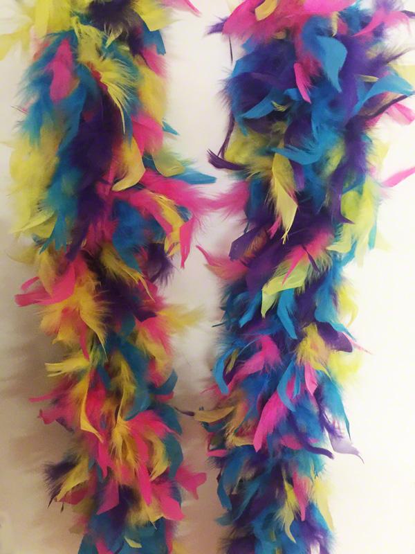 Boa en plumes multicolores