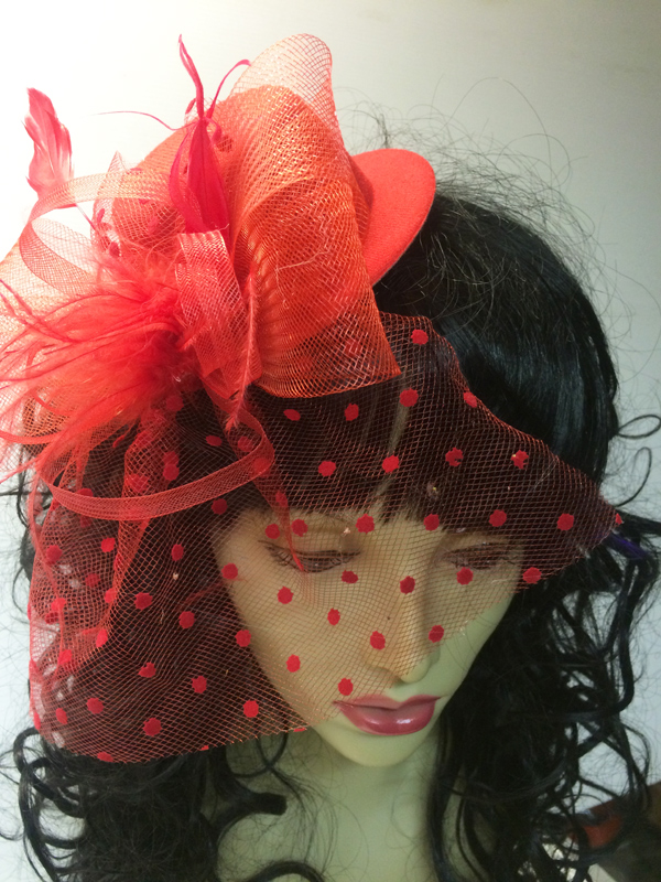 Mini chapeau avec voilette rouge