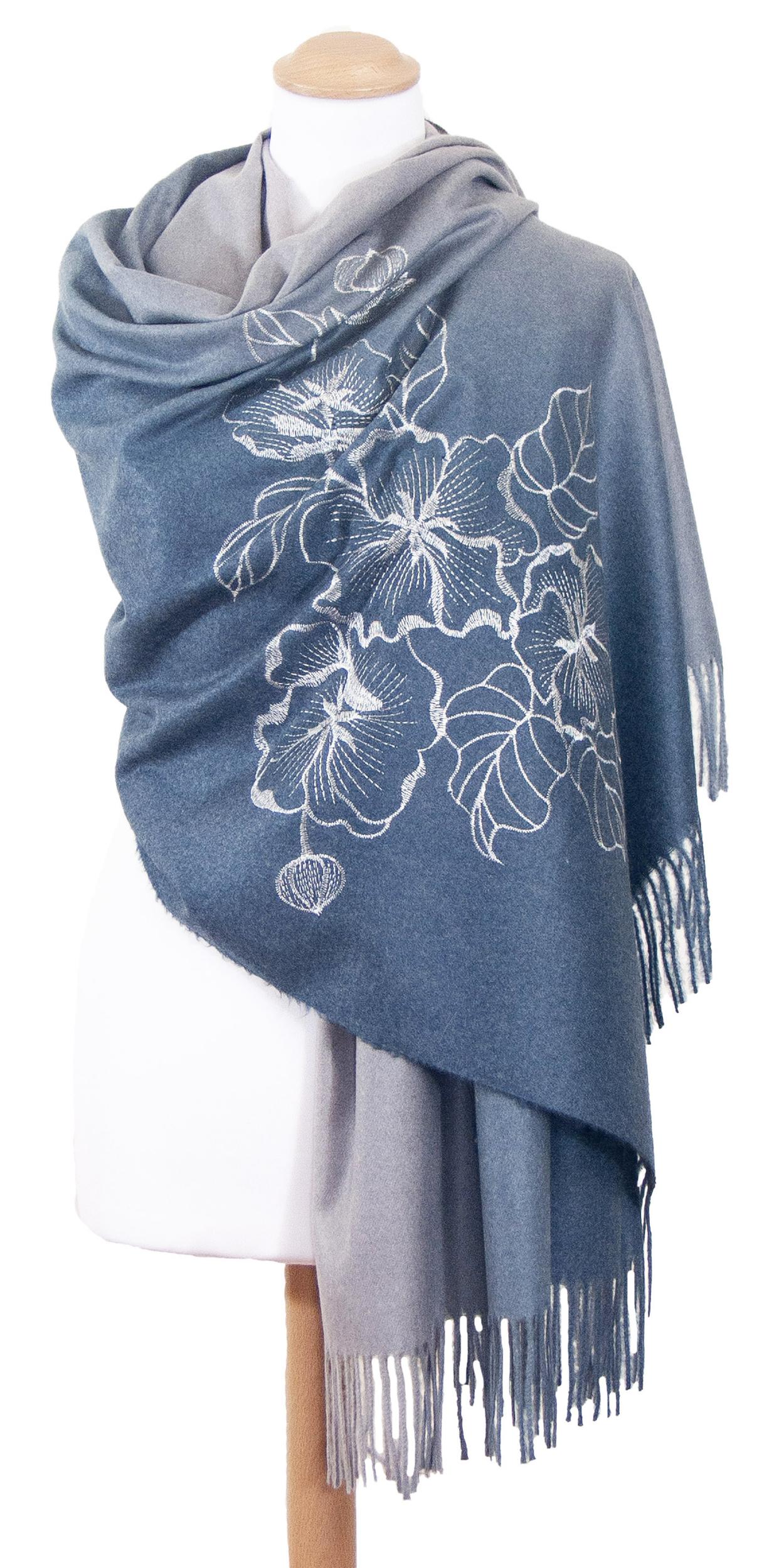 chale bleu gris  brodé en laine pour femme