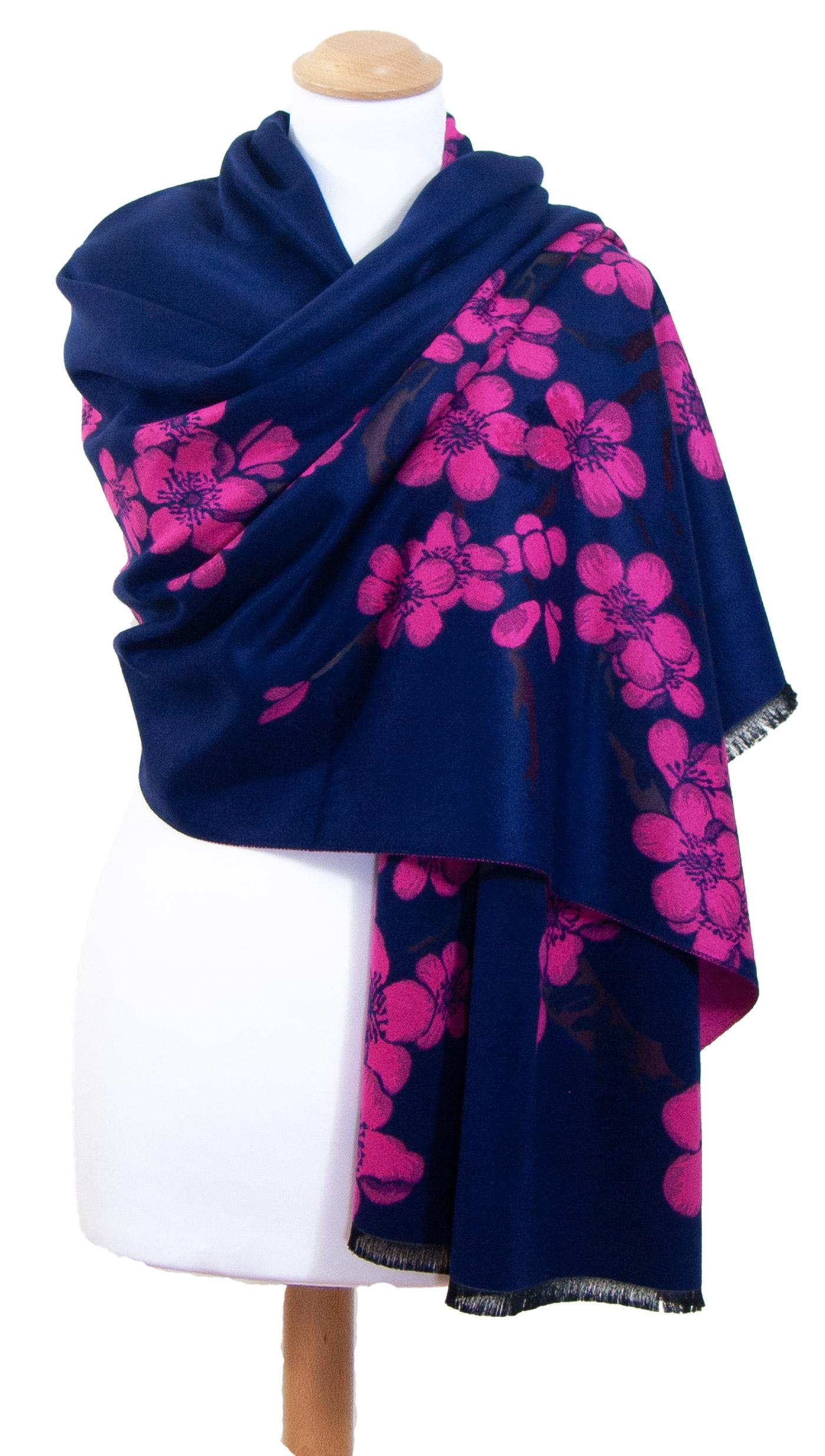 Châle bleu marine rose fleurs de cerisiers