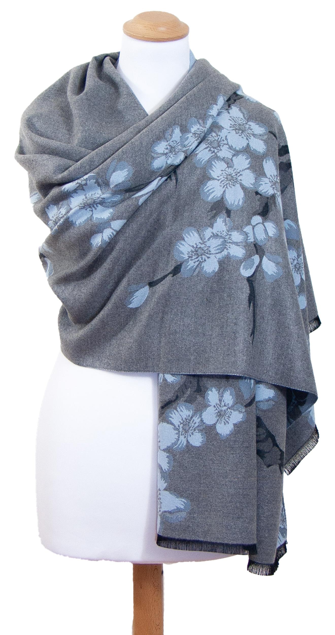 Châle gris bleu fleurs de cerisiers