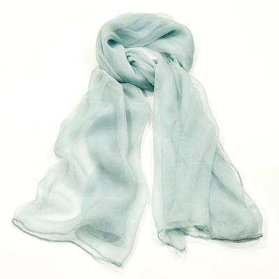 Foulard en mousseline de soie bleu clair