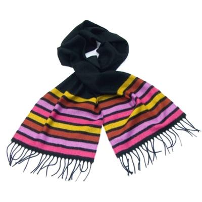 Echarpe à rayures rose sur fond noir avec franges