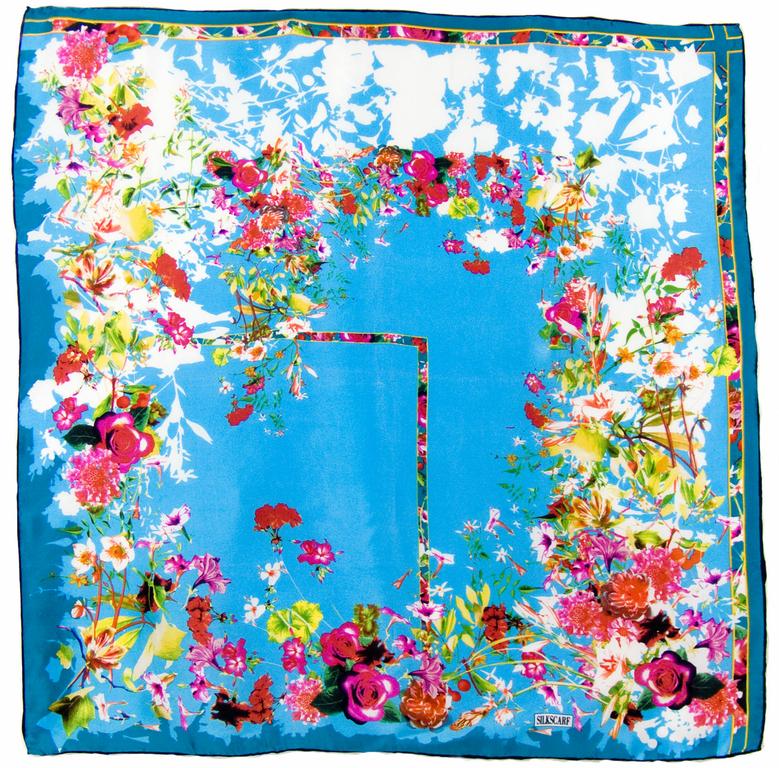 carré en soie bleu fleuri 1