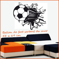 Sticker ballon de foot sortant du mur