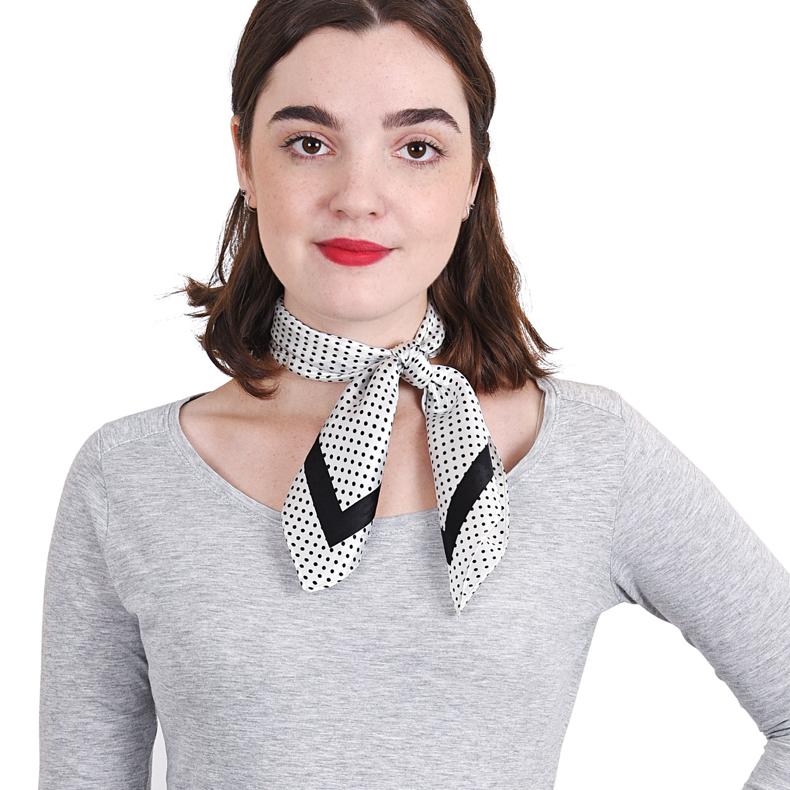 AT-04011-VF16-P-carre-soie-blanc-pois-noirs