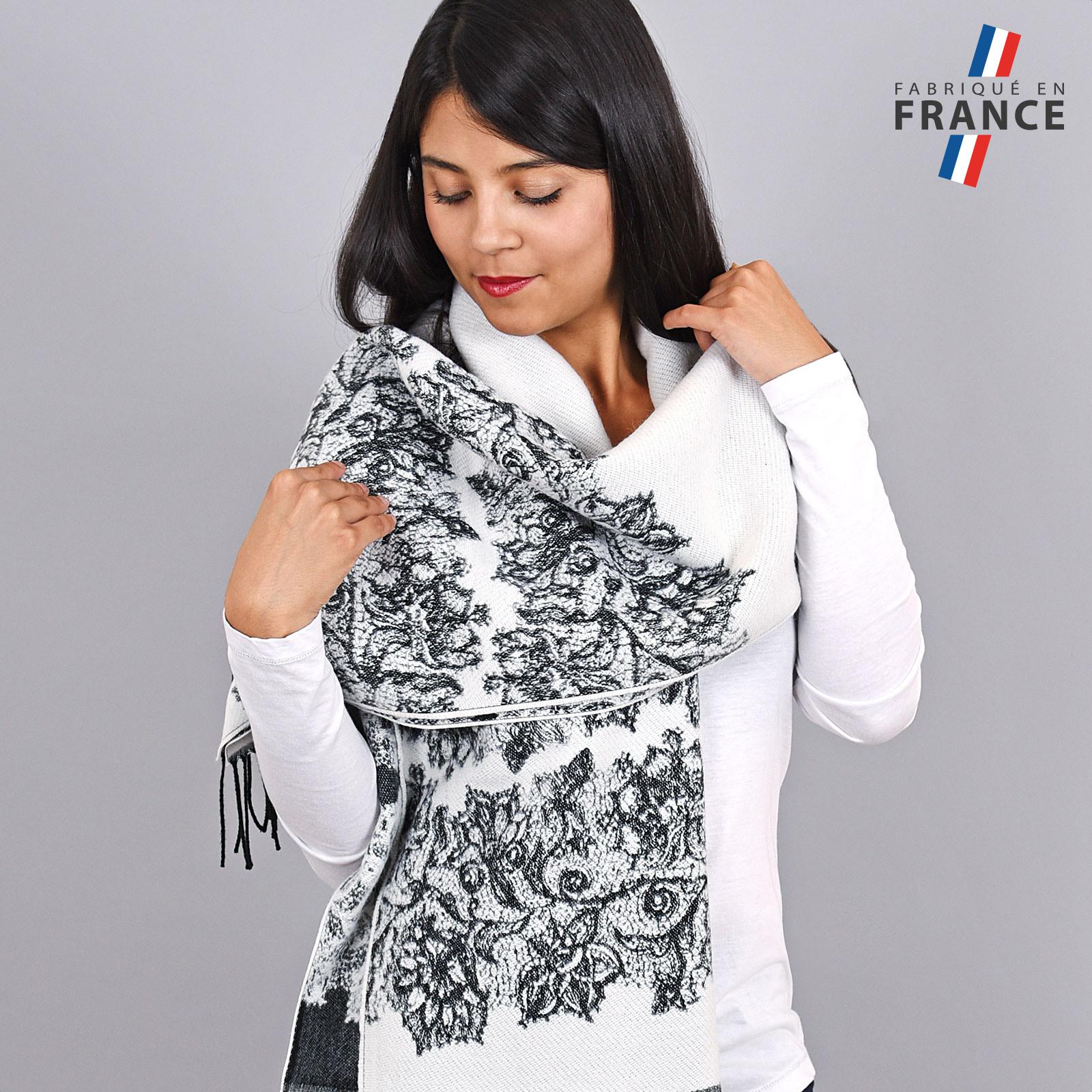 AT-03954-VF16-1-FR-chale-blanc-fleurs