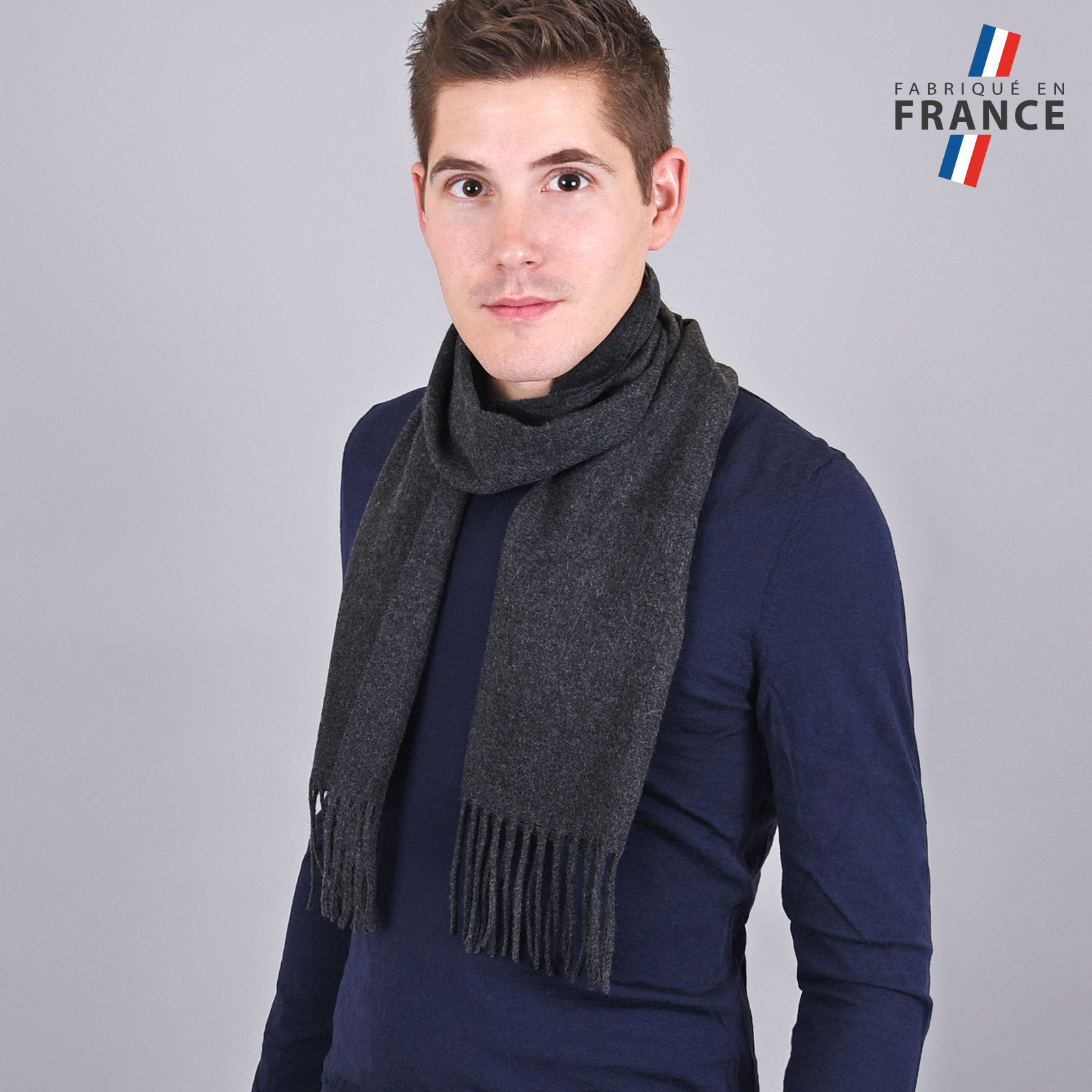 AT-03245-VH16-LB_FR-echarpe-homme-a-franges-gris-anthracite-fabrication-francaise