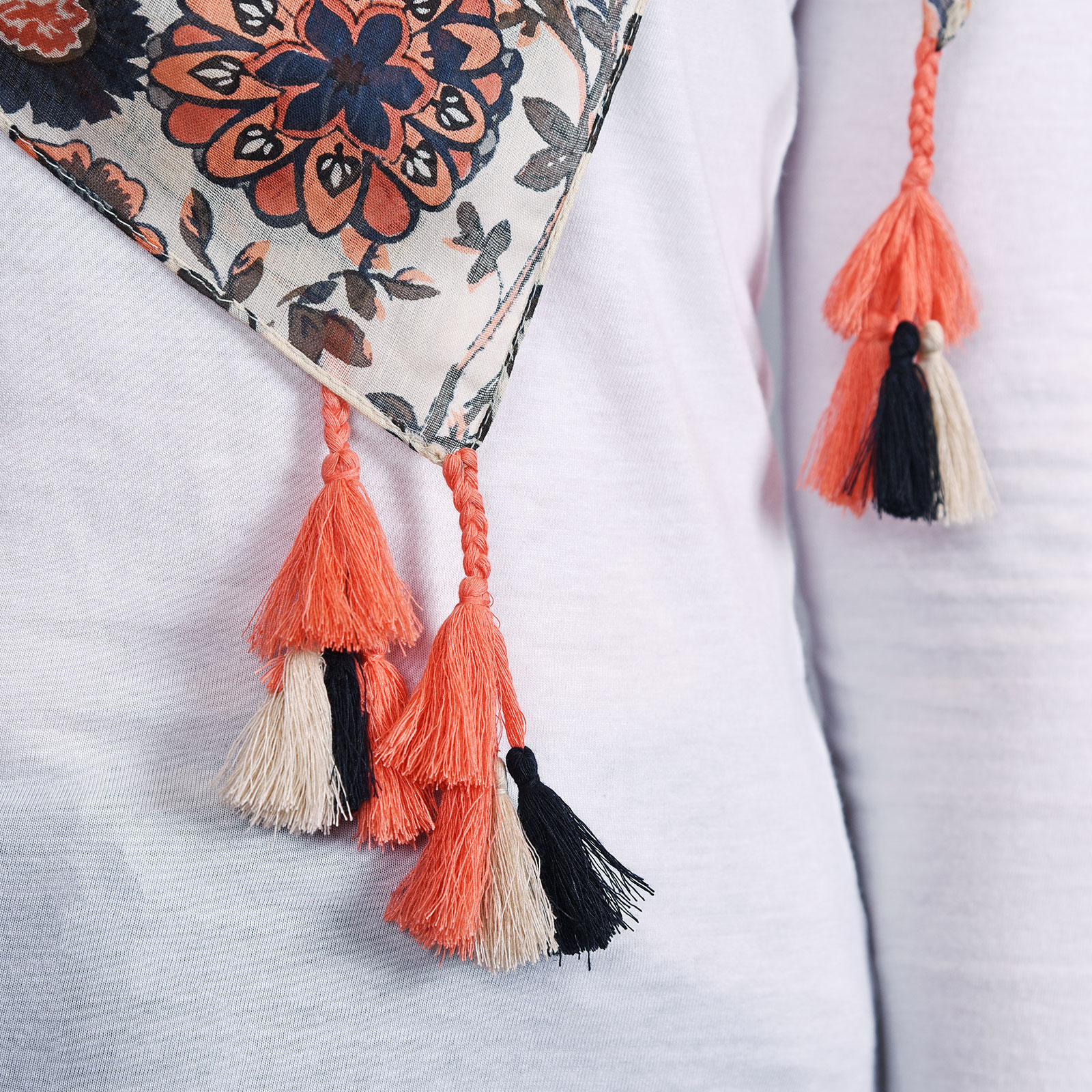 AT-04336-VF16-2-foulard-pompons-corail